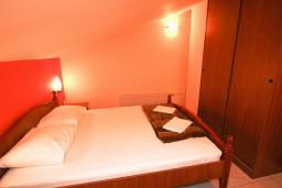 Будванская ривьера, Черногория, Пржно : Комната на 4 персоны, 50 метров от пляжа, с кондиционером, с балконом с видом на море