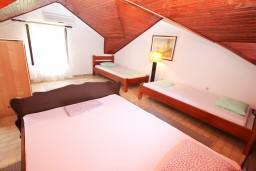 Спальня. Боко-Которская бухта, Черногория, Ораховац : 2-х этажный апартамент для 10 человек, с 3-мя отдельными спальнями, с 3-мя ванными комнатами, с отдельным входом, с большой террасой, возле пляжа