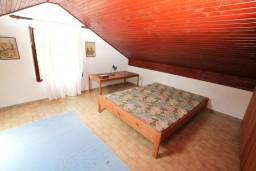 Спальня 2. Боко-Которская бухта, Черногория, Ораховац : 2-х этажный апартамент для 10 человек, с 3-мя отдельными спальнями, с 3-мя ванными комнатами, с отдельным входом, с большой террасой, возле пляжа