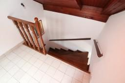 Коридор. Боко-Которская бухта, Черногория, Ораховац : 2-х этажный апартамент для 10 человек, с 3-мя отдельными спальнями, с 3-мя ванными комнатами, с отдельным входом, с большой террасой, возле пляжа
