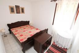 Спальня 3. Боко-Которская бухта, Черногория, Ораховац : 2-х этажный апартамент для 10 человек, с 3-мя отдельными спальнями, с 3-мя ванными комнатами, с отдельным входом, с большой террасой, возле пляжа