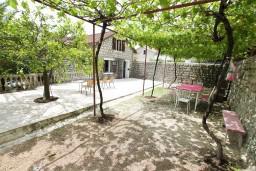 Терраса. Боко-Которская бухта, Черногория, Ораховац : 2-х этажный апартамент для 10 человек, с 3-мя отдельными спальнями, с 3-мя ванными комнатами, с отдельным входом, с большой террасой, возле пляжа