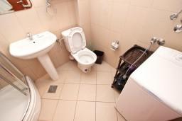 Ванная комната. Бечичи, Черногория, Бечичи : Современная студия с балконом с видом на море