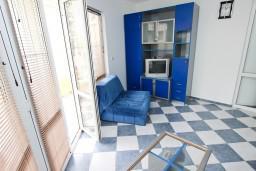 Гостиная. Рафаиловичи, Черногория, Рафаиловичи : Апартамент для 5-9 человек, с 2-мя отдельными спальнями, 70 метров до моря