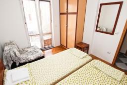 Спальня. Рафаиловичи, Черногория, Рафаиловичи : Апартамент для 5-9 человек, с 2-мя отдельными спальнями, 70 метров до моря