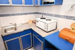 Кухня. Рафаиловичи, Черногория, Рафаиловичи : Апартамент для 5-9 человек, с 2-мя отдельными спальнями, 70 метров до моря