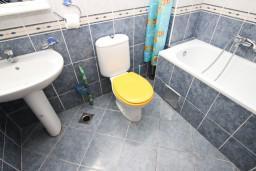 Ванная комната. Рафаиловичи, Черногория, Рафаиловичи : Апартамент для 5-9 человек, с 2-мя отдельными спальнями, 70 метров до моря