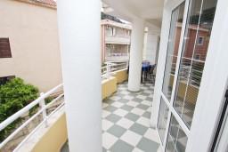 Балкон. Рафаиловичи, Черногория, Рафаиловичи : Апартамент для 5-9 человек, с 2-мя отдельными спальнями, 70 метров до моря