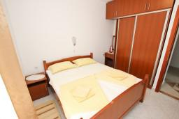 Спальня. Будванская ривьера, Черногория, Петровац : Апартамент для 4-5 человек, с 2-мя отдельными спальнями, с балконом с видом на море