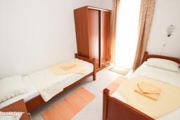 Спальня 2. Будванская ривьера, Черногория, Петровац : Апартамент для 4-5 человек, с 2-мя отдельными спальнями, с балконом с видом на море