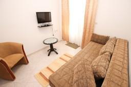 Гостиная. Будванская ривьера, Черногория, Петровац : Апартамент для 4-5 человек, с 2-мя отдельными спальнями, с балконом с видом на море