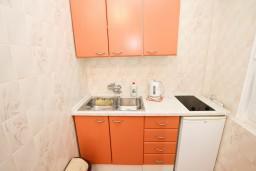 Кухня. Будванская ривьера, Черногория, Петровац : Апартамент для 4-5 человек, с 2-мя отдельными спальнями, с балконом с видом на море