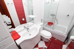 Ванная комната. Будванская ривьера, Черногория, Петровац : Апартамент для 4-5 человек, с 2-мя отдельными спальнями, с балконом с видом на море
