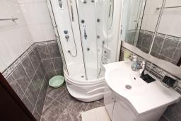 Ванная комната. Будванская ривьера, Черногория, Петровац : Студия с балконом и частичным видом на море