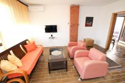 Гостиная. Бечичи, Черногория, Бечичи : Апартамент для 5-6 человек, с 2-мя отдельными спальнями, с большой гостиной, с террасой