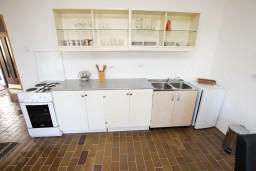 Кухня. Бечичи, Черногория, Бечичи : Апартамент для 5-6 человек, с 2-мя отдельными спальнями, с большой гостиной, с террасой