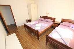Спальня. Бечичи, Черногория, Бечичи : Апартамент для 5-6 человек, с 2-мя отдельными спальнями, с большой гостиной, с террасой