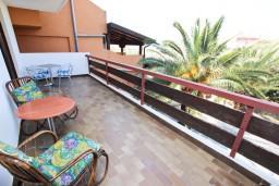 Терраса. Бечичи, Черногория, Бечичи : Апартамент для 5-6 человек, с 2-мя отдельными спальнями, с большой гостиной, с террасой
