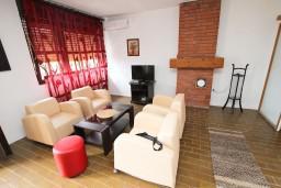 Гостиная. Будванская ривьера, Черногория, Бечичи : Апартамент для 6 человек, с 2-мя отдельными спальнями, с большой гостиной, с балконом с видом на море