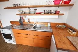 Кухня. Будванская ривьера, Черногория, Бечичи : Апартамент для 6 человек, с 2-мя отдельными спальнями, с большой гостиной, с балконом с видом на море