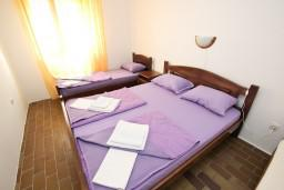 Спальня. Будванская ривьера, Черногория, Бечичи : Апартамент для 6 человек, с 2-мя отдельными спальнями, с большой гостиной, с балконом с видом на море