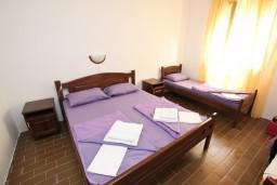 Спальня 2. Будванская ривьера, Черногория, Бечичи : Апартамент для 6 человек, с 2-мя отдельными спальнями, с большой гостиной, с балконом с видом на море