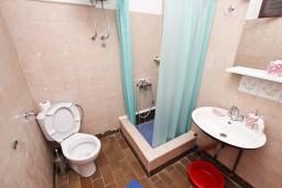 Ванная комната. Будванская ривьера, Черногория, Бечичи : Апартамент для 6 человек, с 2-мя отдельными спальнями, с большой гостиной, с балконом с видом на море