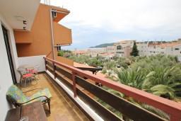 Вид на море. Будванская ривьера, Черногория, Бечичи : Апартамент для 6 человек, с 2-мя отдельными спальнями, с большой гостиной, с балконом с видом на море