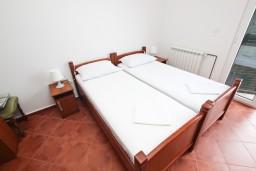Спальня. Будванская ривьера, Черногория, Петровац : Комната для 2 человек, с балконом с видом на море