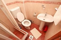 Ванная комната. Будванская ривьера, Черногория, Петровац : Комната для 2 человек, с балконом с видом на море