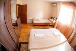 Спальня. Будванская ривьера, Черногория, Петровац : Апартамент для 5 человек, с 2-мя отдельными спальнями, с балконом с видом на море