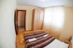 Спальня 2. Будванская ривьера, Черногория, Петровац : Апартамент для 5 человек, с 2-мя отдельными спальнями, с балконом с видом на море