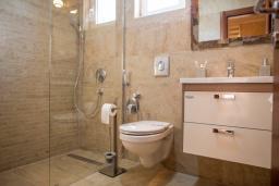 Ванная комната. Будванская ривьера, Черногория, Петровац : Апартамент для 5 человек, с 2-мя отдельными спальнями, с балконом с видом на море