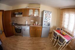 Кухня. Будванская ривьера, Черногория, Петровац : Апартамент для 5 человек, с 2-мя отдельными спальнями, с балконом с видом на море