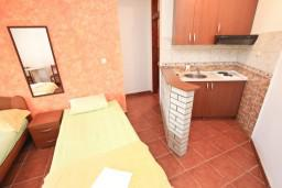 Студия (гостиная+кухня). Будванская ривьера, Черногория, Петровац : Студия с террасой в 150 метрах от моря