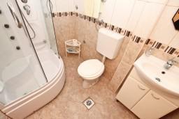 Ванная комната. Будванская ривьера, Черногория, Петровац : Студия с террасой в 150 метрах от моря