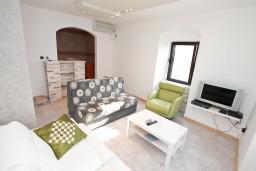Гостиная. Боко-Которская бухта, Черногория, Столив : Апартамент для 4-6 человек, с 2-мя отдельными спальнями, с 2-мя ванными комнатами, 15 метров до моря
