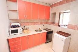 Кухня. Боко-Которская бухта, Черногория, Столив : Апартамент для 4-6 человек, с 2-мя отдельными спальнями, с 2-мя ванными комнатами, 15 метров до моря