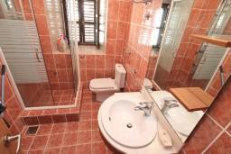 Ванная комната. Боко-Которская бухта, Черногория, Столив : Апартамент для 4-6 человек, с 2-мя отдельными спальнями, с 2-мя ванными комнатами, 15 метров до моря