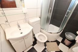Ванная комната. Будванская ривьера, Черногория, Петровац : Апартамент с отдельной спальней, с балконом