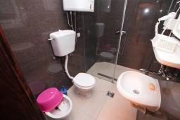 Ванная комната. Будванская ривьера, Черногория, Петровац : Апартамент для 4-6 человек, с 2-мя отдельными спальнями, 70 метров до моря