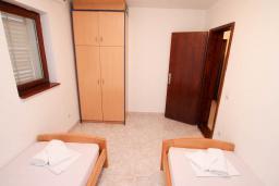 Спальня 2. Будванская ривьера, Черногория, Петровац : Апартамент для 4-6 человек, с 2-мя отдельными спальнями, 70 метров до моря