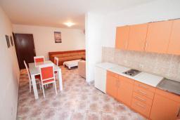 Кухня. Будванская ривьера, Черногория, Петровац : Апартамент для 4-6 человек, с 2-мя отдельными спальнями, 70 метров до моря