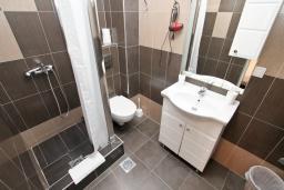 Ванная комната. Рафаиловичи, Черногория, Рафаиловичи : Современная студия с террасой на берегу Рафаиловичей