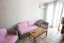 Гостиная. Рафаиловичи, Черногория, Рафаиловичи : Апартамент с 2-мя спальнями и балконом с шикарным видом на море, на первой линии в Рафаиловичи