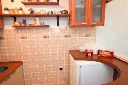 Кухня. Будванская ривьера, Черногория, Рафаиловичи : Апартамент с 2-мя спальнями и балконом с шикарным видом на море, на первой линии в Рафаиловичи