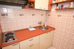 Кухня. Рафаиловичи, Черногория, Рафаиловичи : Апартамент с 2-мя спальнями и балконом с шикарным видом на море, на первой линии в Рафаиловичи