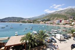 Вид на море. Рафаиловичи, Черногория, Рафаиловичи : Апартамент с 2-мя спальнями и балконом с шикарным видом на море, на первой линии в Рафаиловичи