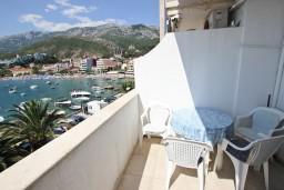 Балкон. Рафаиловичи, Черногория, Рафаиловичи : Апартамент с 2-мя спальнями и балконом с шикарным видом на море, на первой линии в Рафаиловичи