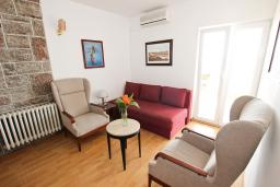 Гостиная. Будванская ривьера, Черногория, Святой Стефан : Апартамент для 4-7 человек, с 2-мя отдельными спальнями, с 2-мя ванными комнатами (в одной из них сауна), с большой террасой с шикарным видом на море